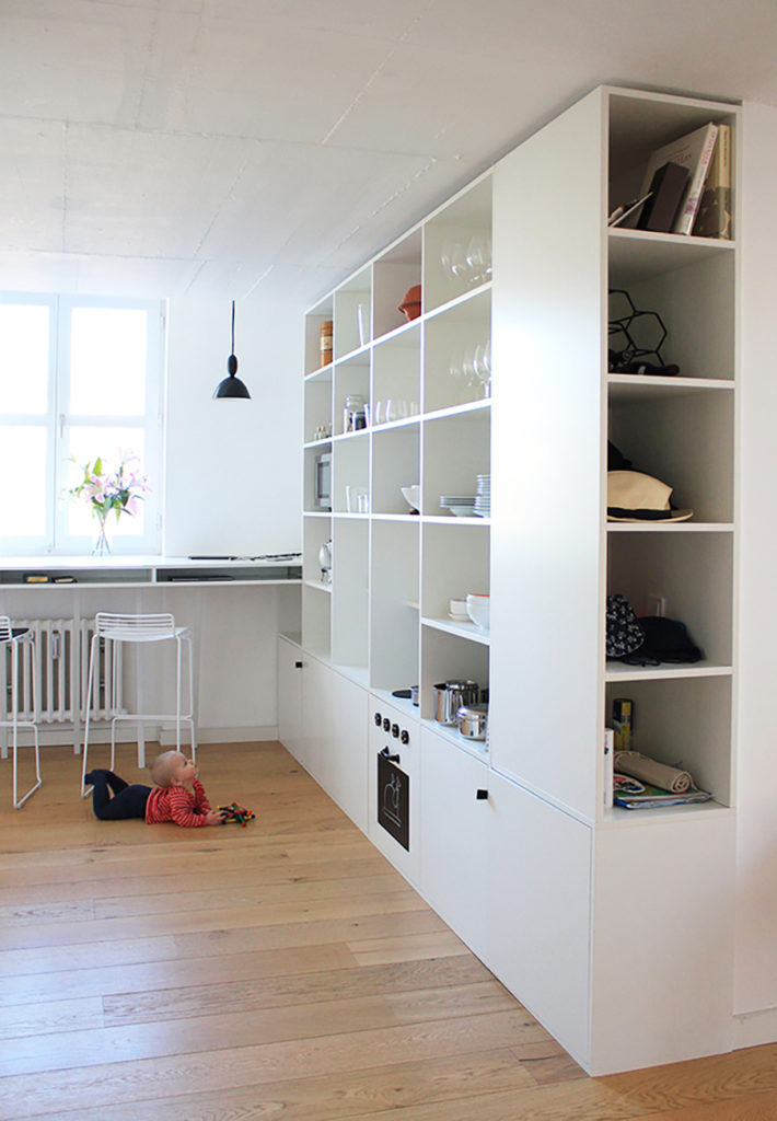 Eine Kinderküche eingebaut in ein Regal mit Herd, Ofen und Spüle
