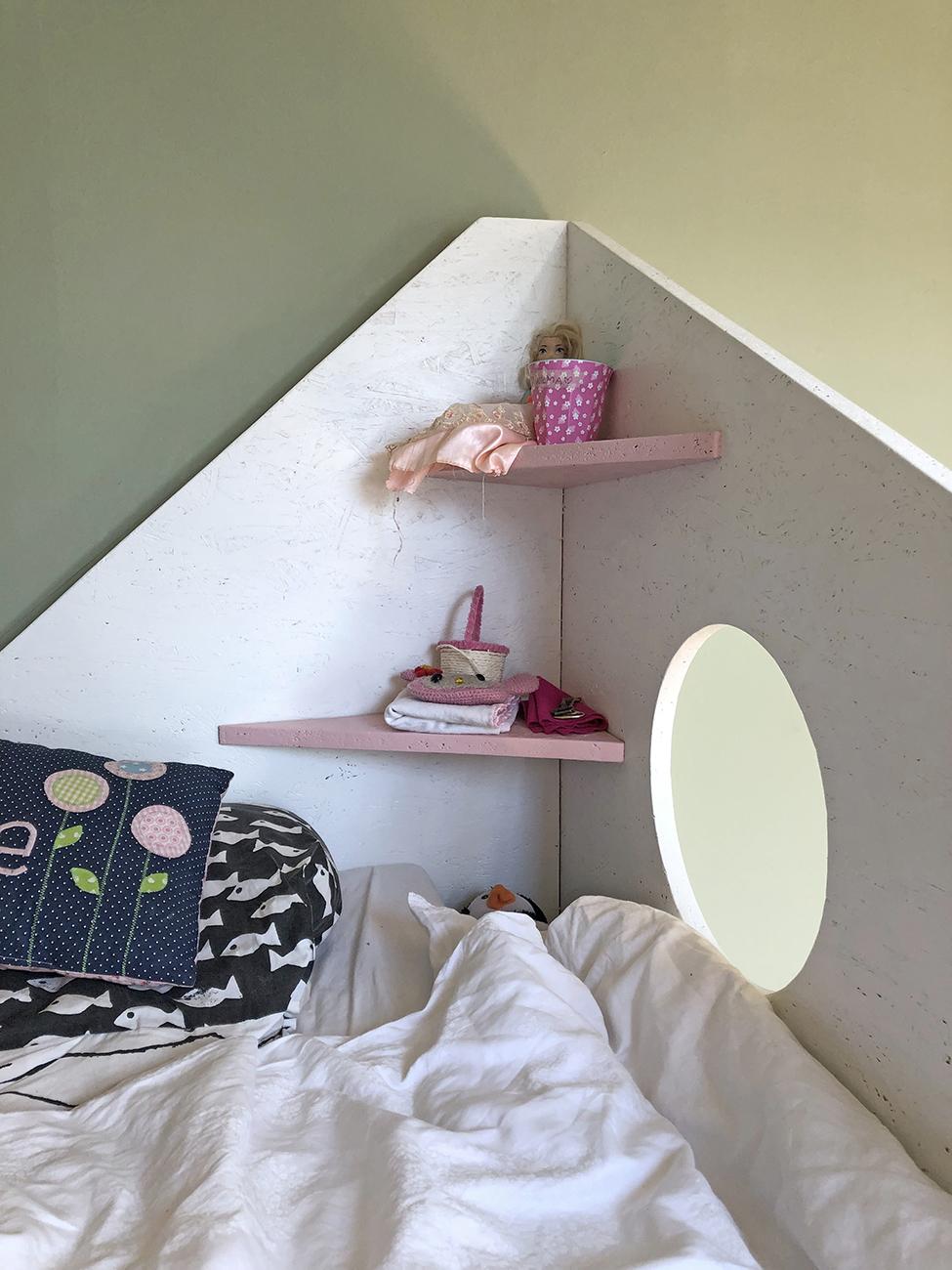 buntes Etagenbett für drei Kinder im Kinderzimmer Detailaufnahme