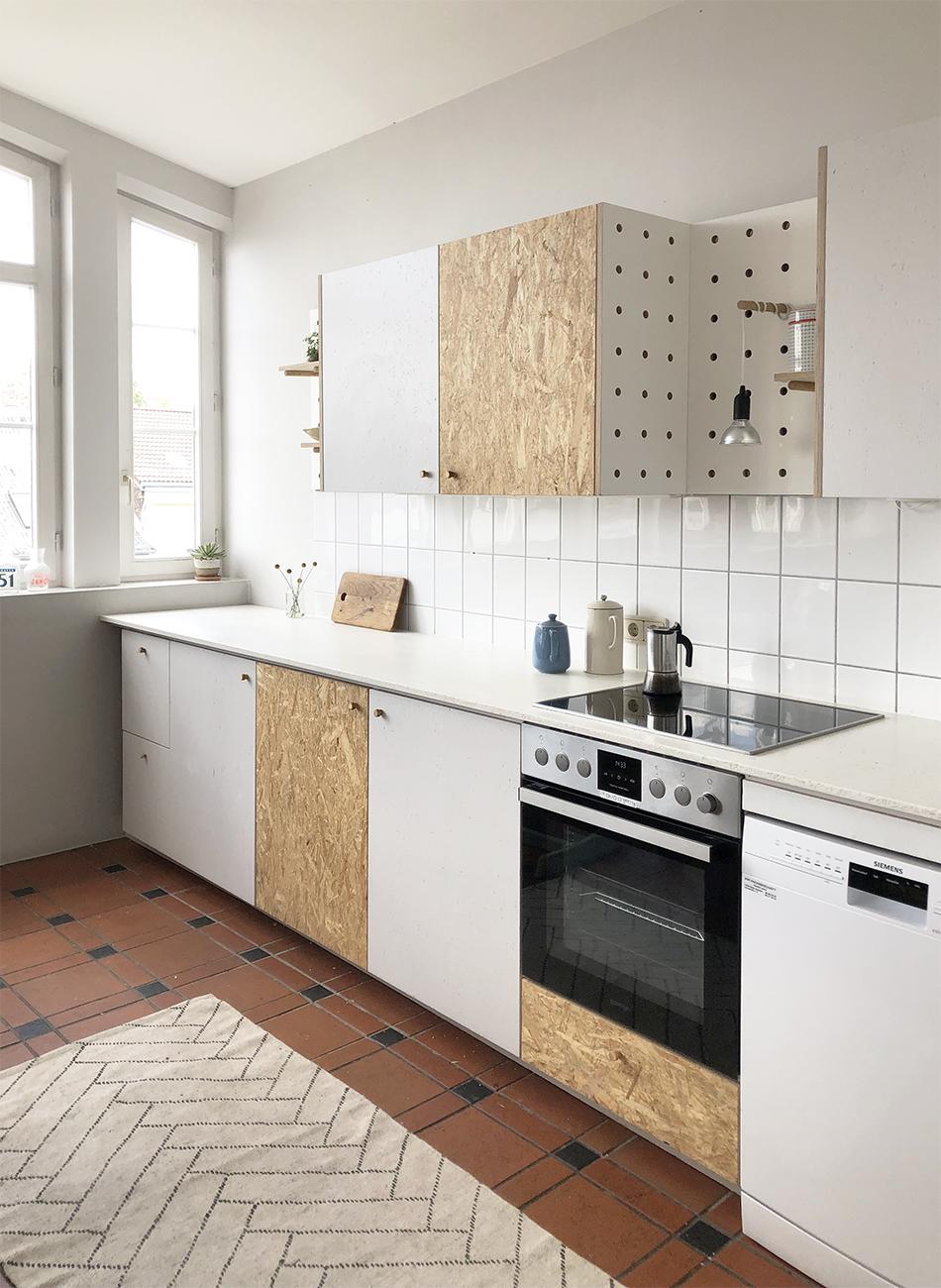 reformierte Küche aus Küchenmöbeln mit gestrichenen und rohen Holzoberflächen