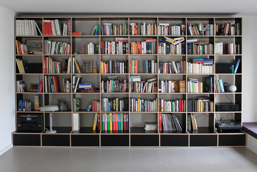 Bücherwand mit Schubladen aus dunkelbraunen Multiplex-Platten