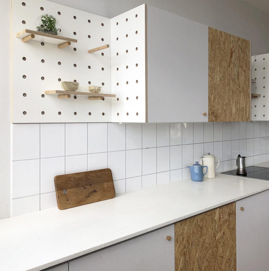 neue Küche nach dem Küchenumbau mit Unterschränken und Oberschränken aus gestrichenen und rohen Holzoberflächen