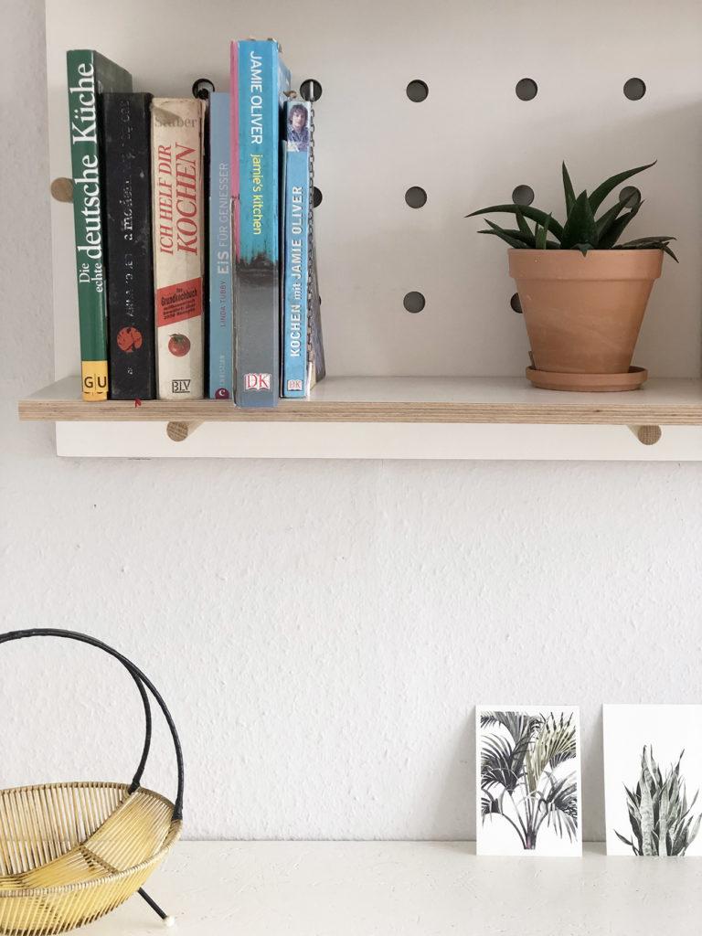 Detailaufnahme der neue Küche nach dem Küchenumbau mit einem Bücherregal