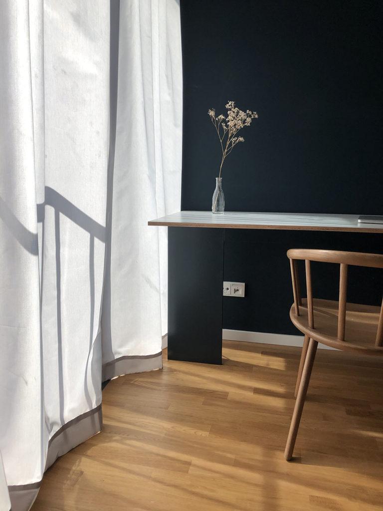 Ein Schreibtisch wurde im Schlafzimmer untergebracht, um von zu Hause arbeiten zu können.