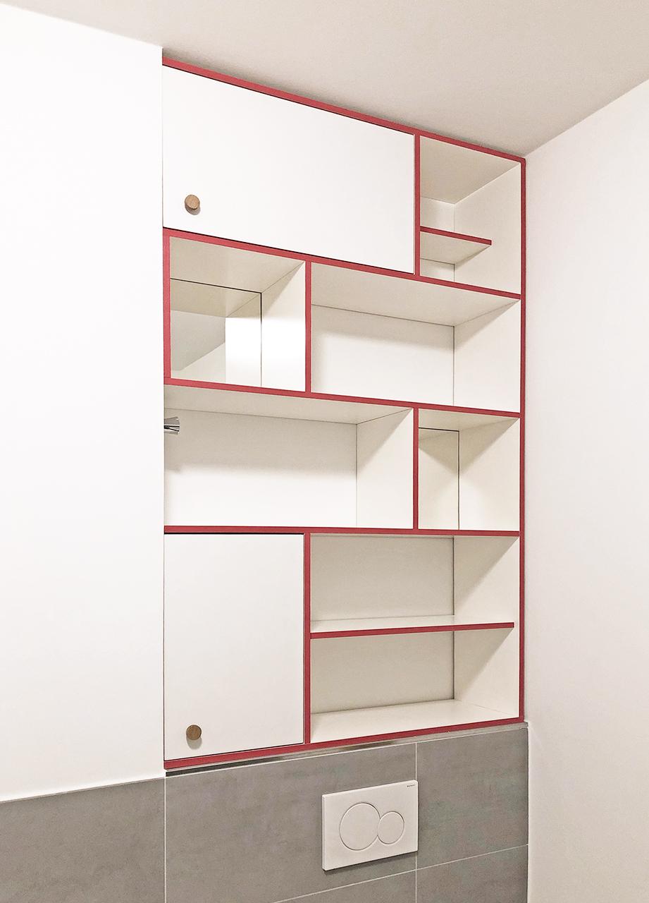 Ein Regal aus Multiplex-Platten mit farbigen Kanten und Spiegeln fürs Badezimmer.