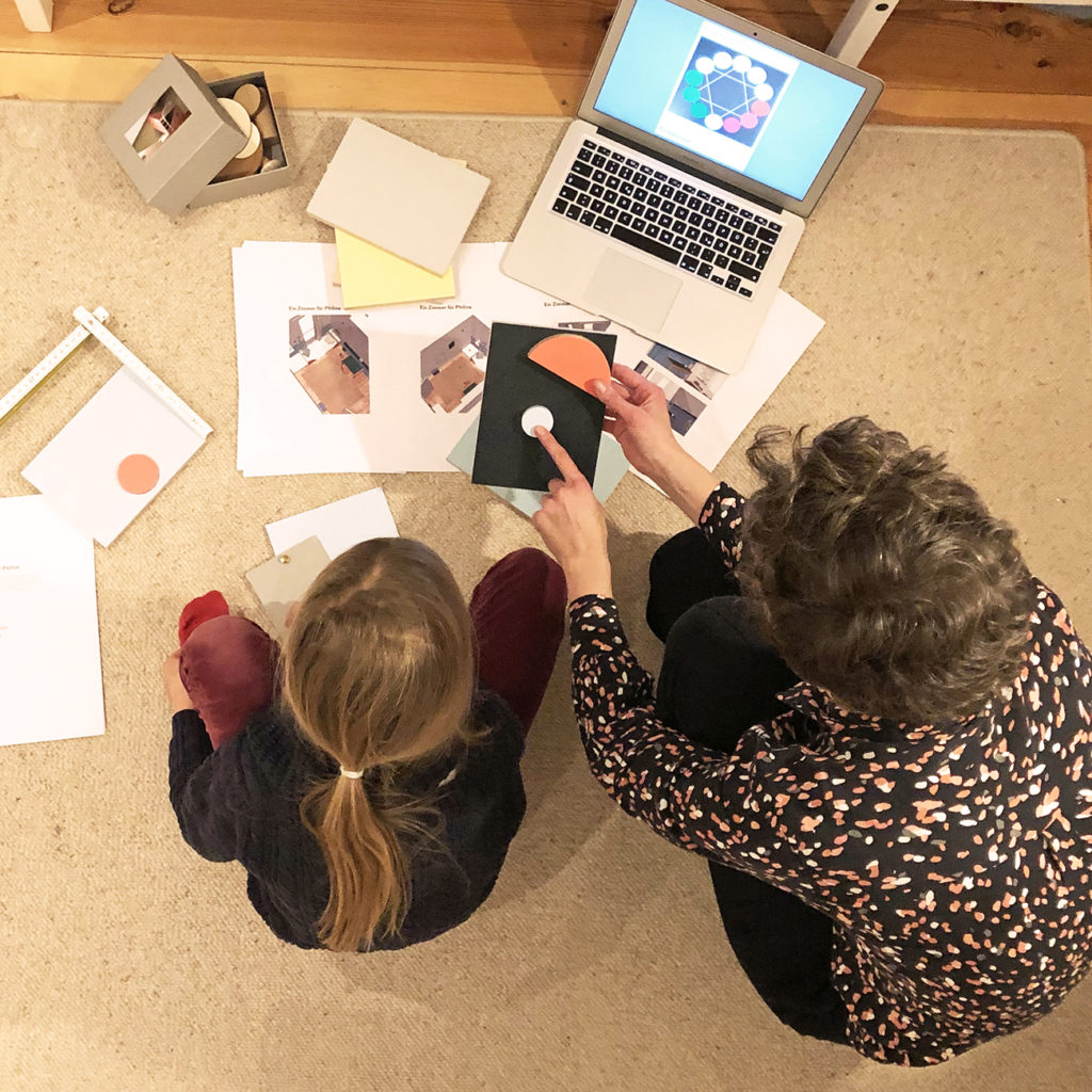Ein Foto bei dem Anna Brack im Workshop mit einem Kind zu sehen ist.