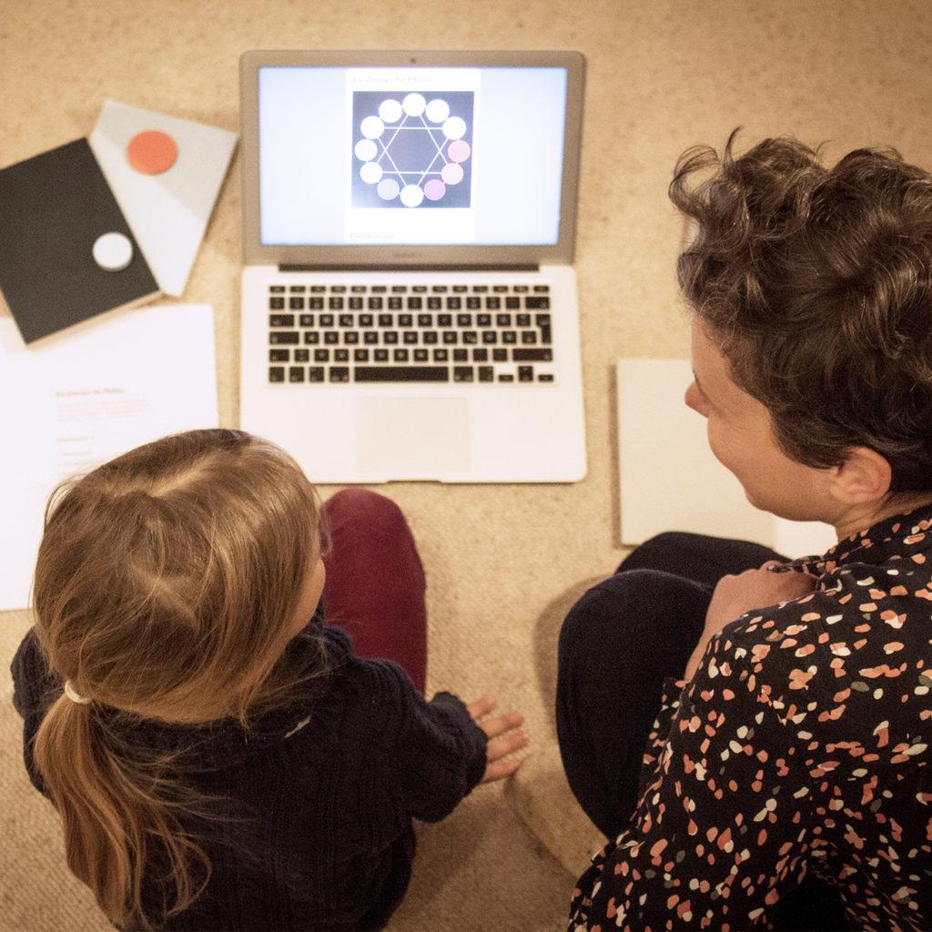 Ein Foto von Anna Brack im Workshop mit einem Kind.
