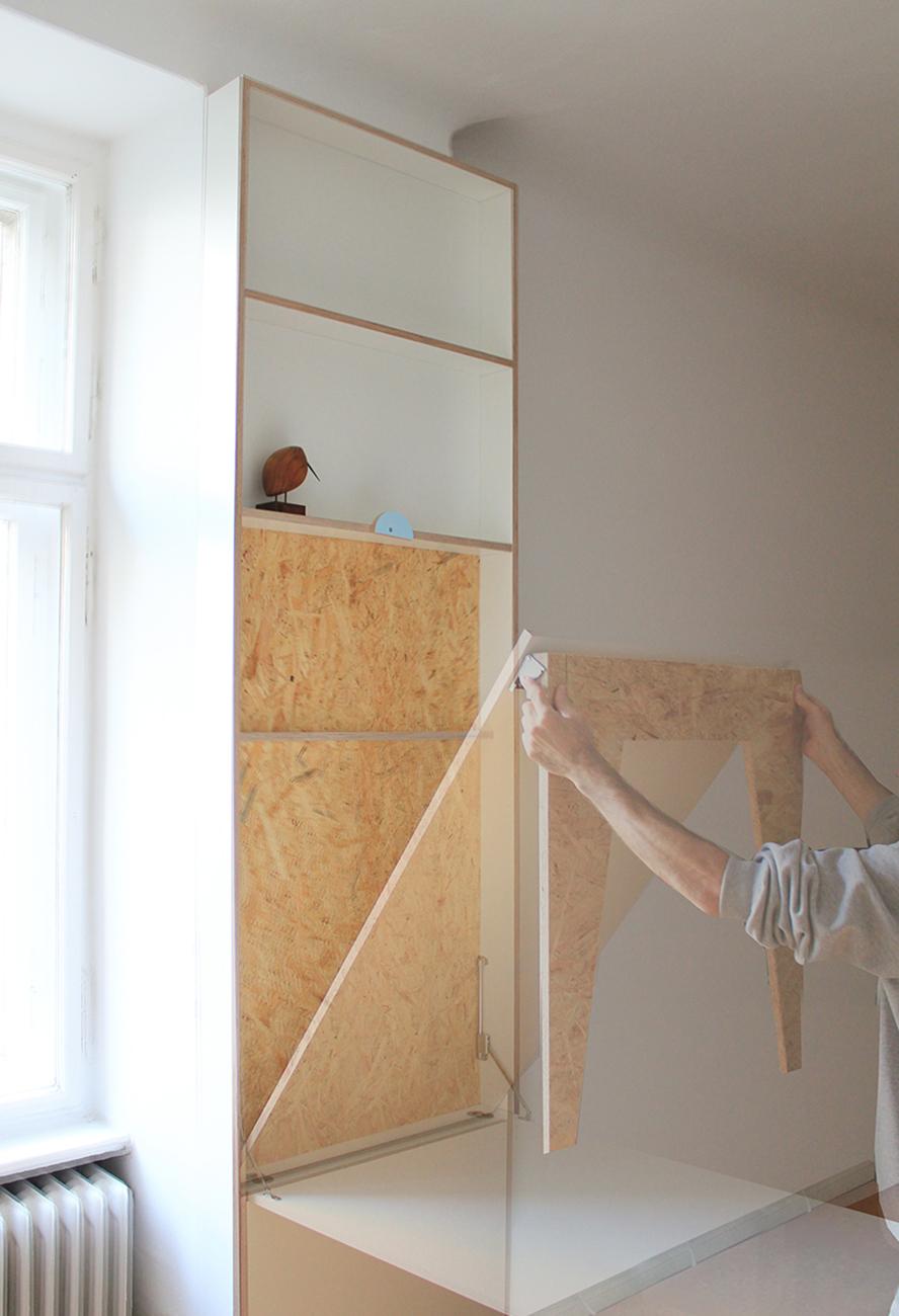 Ein Klapptisch im Wohnzimmer aus weißen Multiplexplatten und Tischbeinen aus OSB Platten.