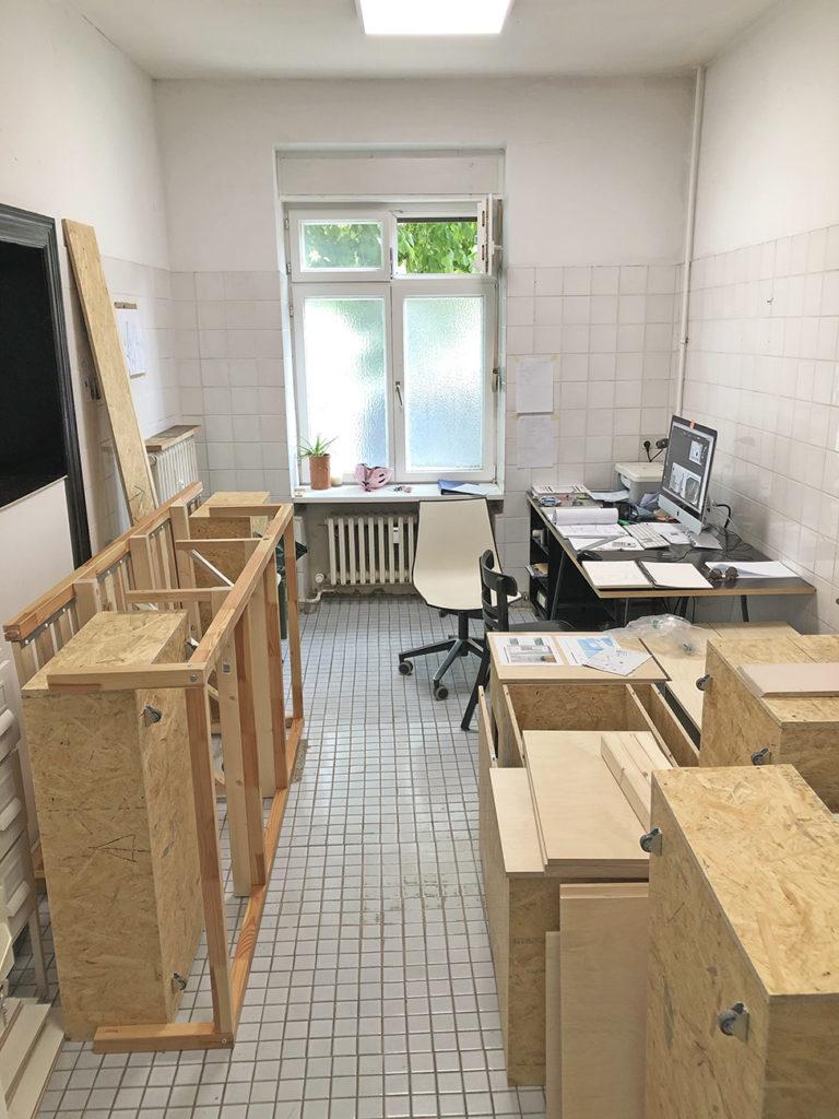 Bild meines Arbeitsraumes, indem das Grundgerüst für das Kinderbett steht.