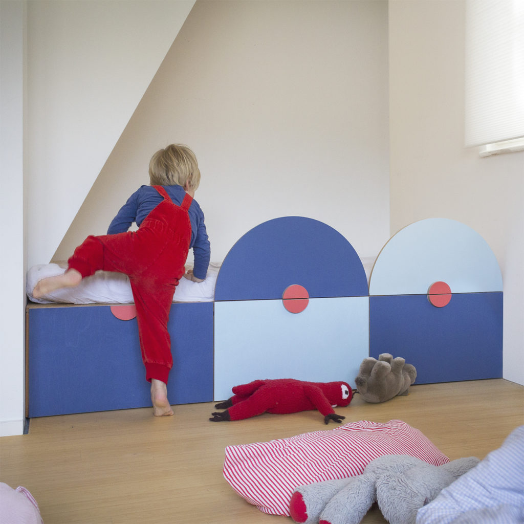 Nische im Kinderzimmer mit einem eingebauten Kinderbett in