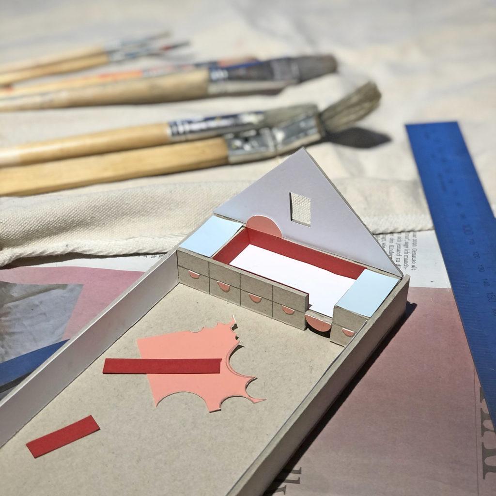 Das Pappmodell eines Kinderzimmers, das mit farbigem Tonpapier beklebt ist zum Thema Wie ist der Workshop aufgebaut.
