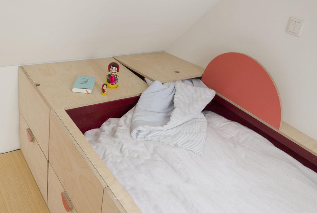 Bild vom Schlafpodest von oben auf dem man eine Klappe sieht zum Verstauen von Bettzeug.